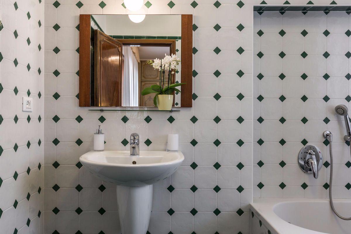 large en-suite bathroom with bathtub