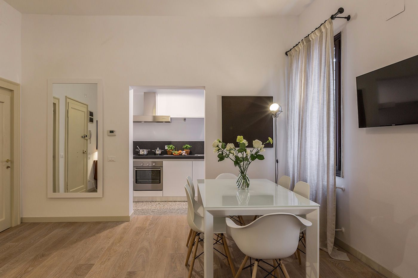 the studio is connected with the larger Tosca apartment located on the same floor