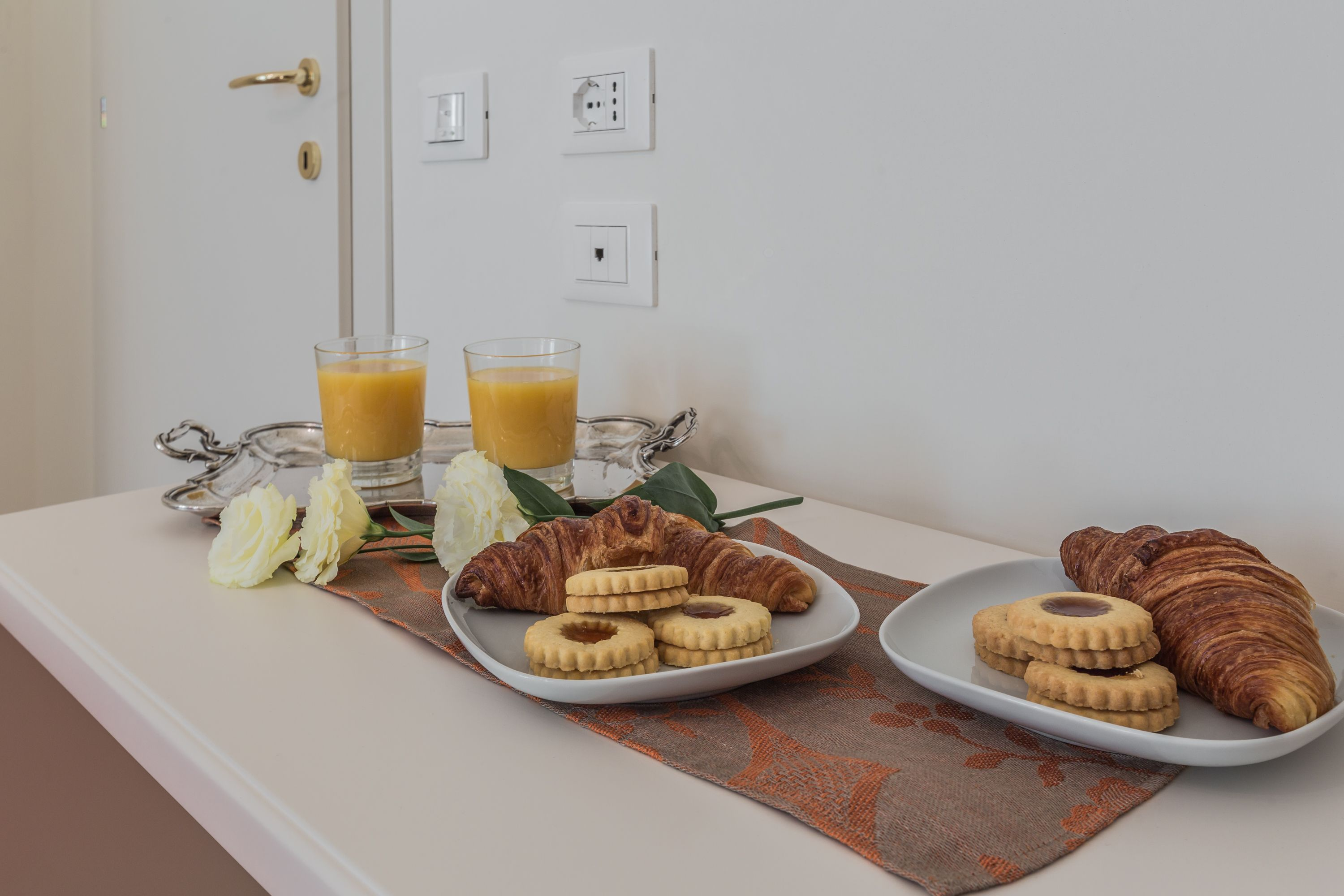 enjoy having breakfast in the bedroom, downstairs you can find exquisite cafés and groceries!