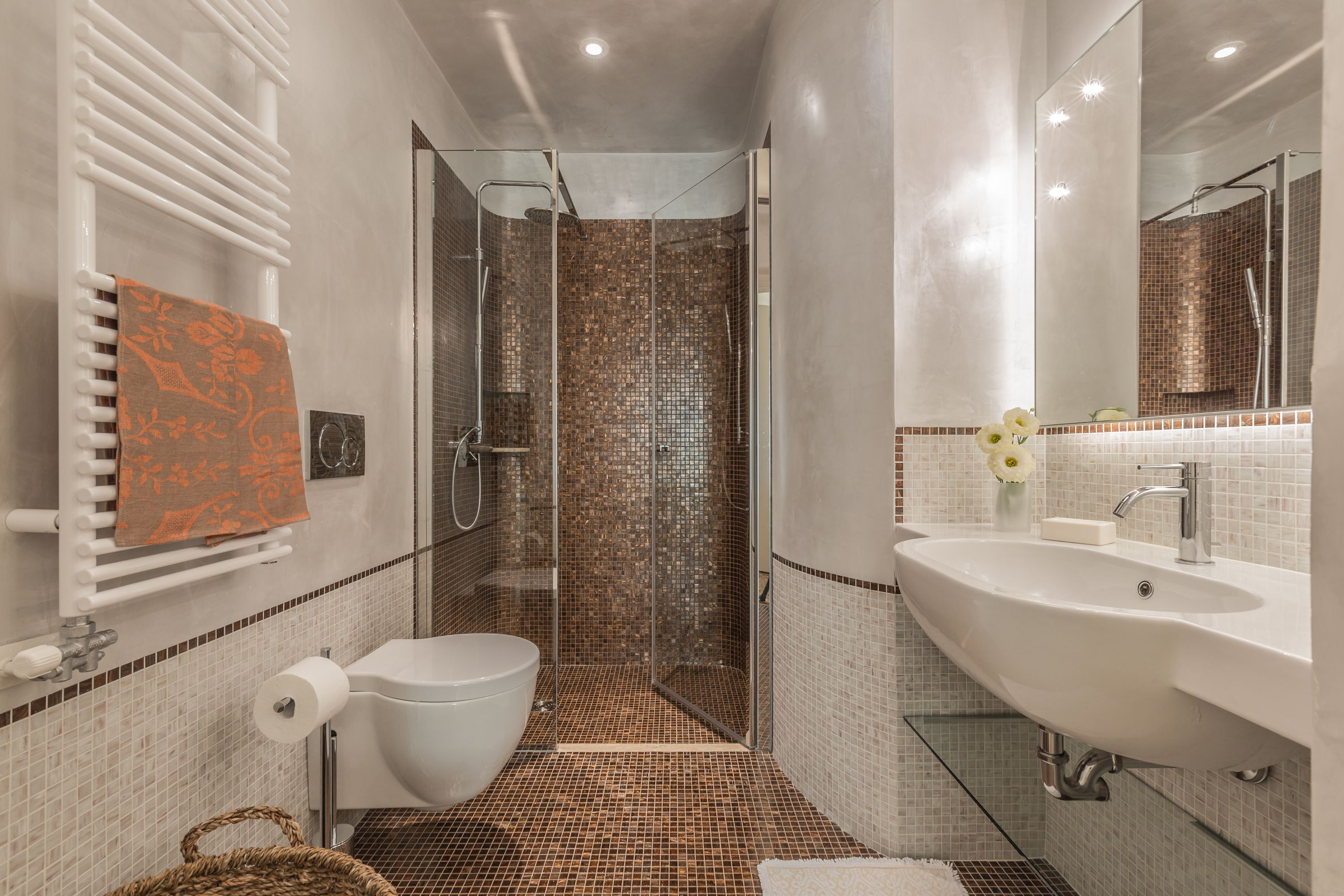 the en-suite bathroom of the main bedroom with precious mosaic tiles