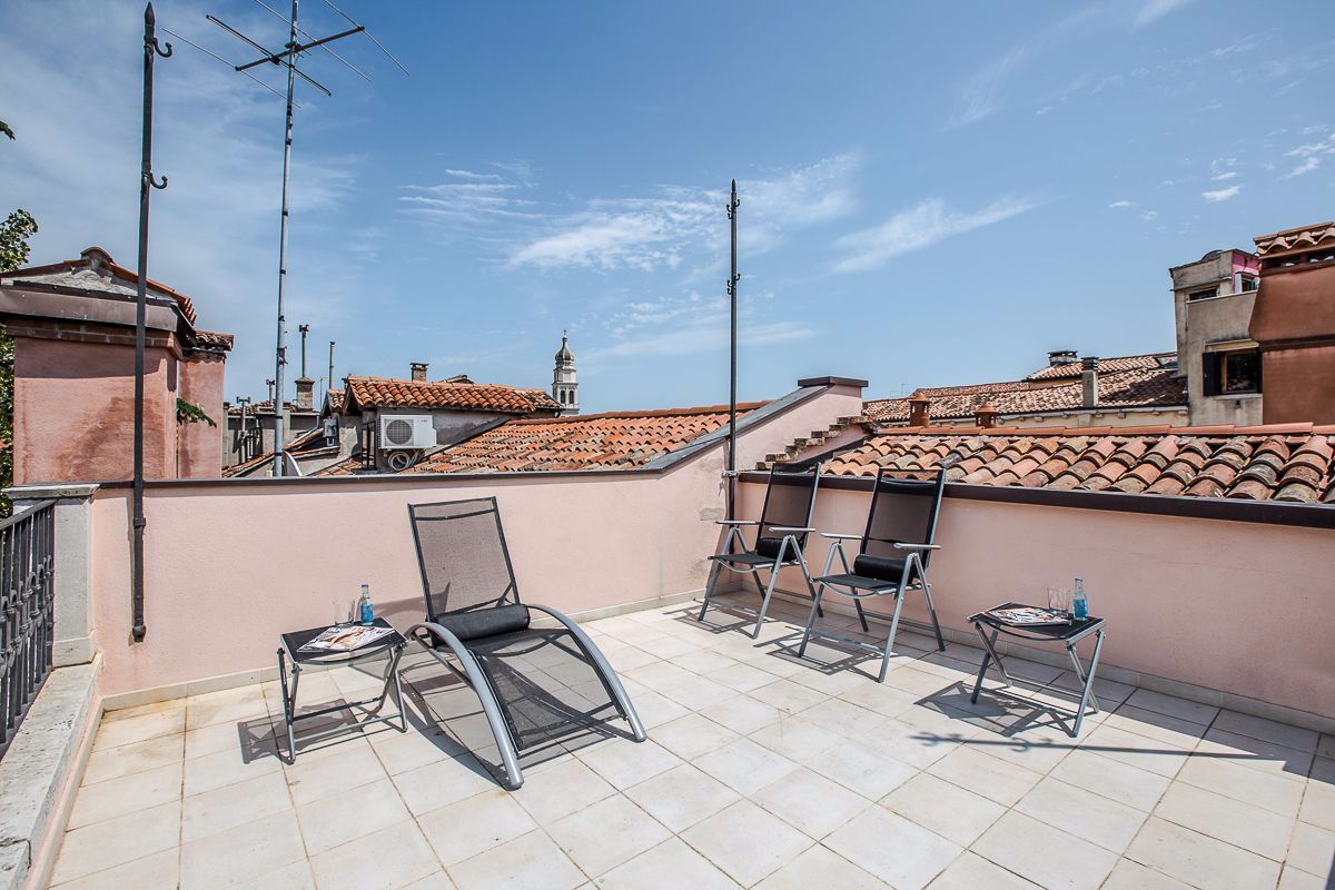 relax in the sun at the Alighieri Palace!