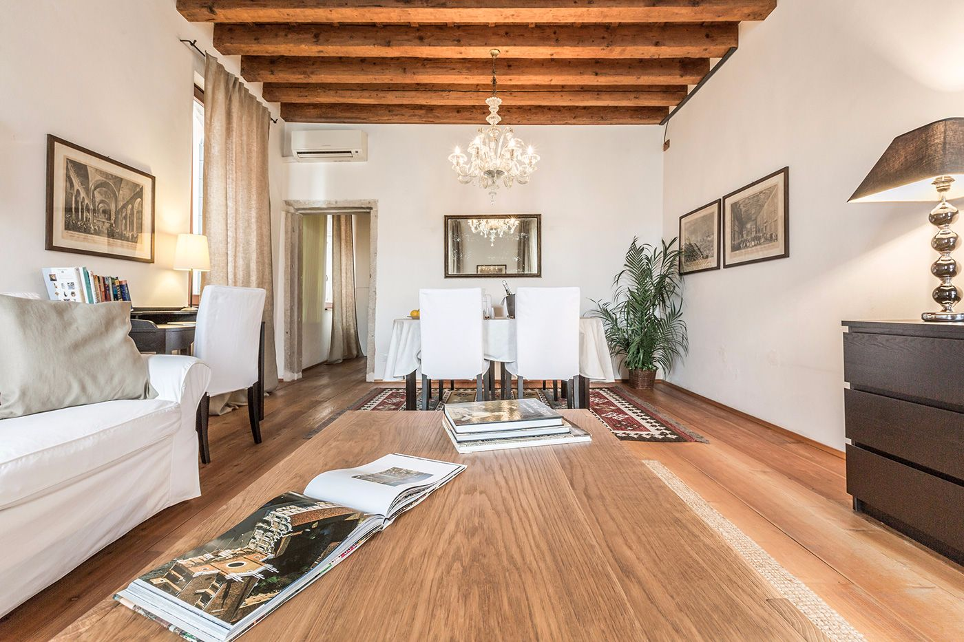 the Alba d'Oro is equipped with Wi-Fi, Satellite TV, DVD, books and guides about Venice and much more