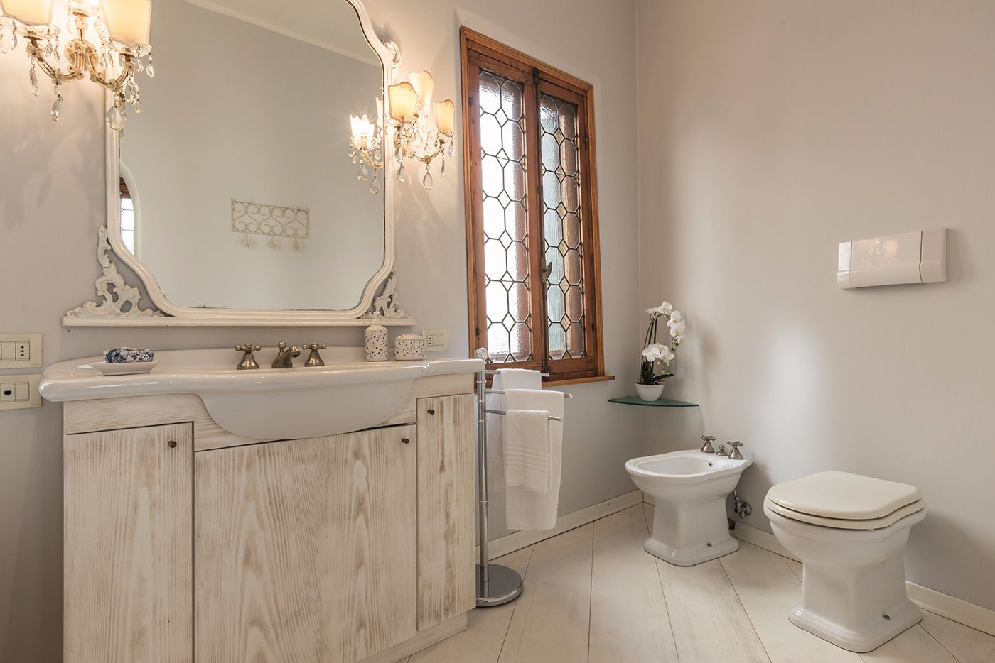 the spacious en-suite bathroom