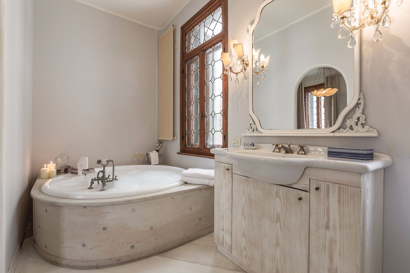 with round bathtub with whirlpool
