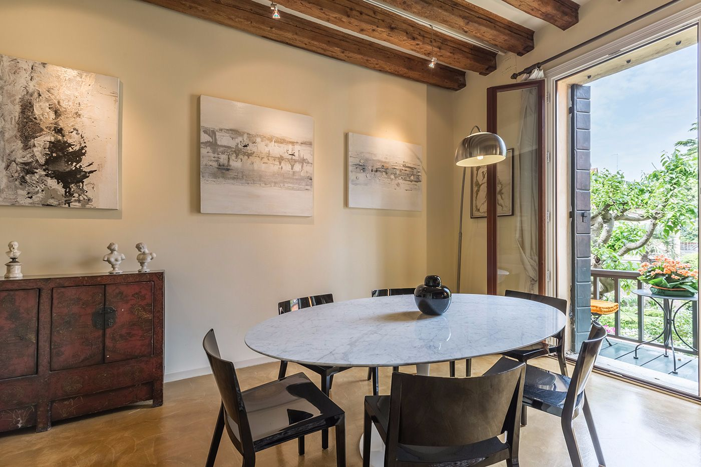 Veronese apartment dining room with access to the terrace