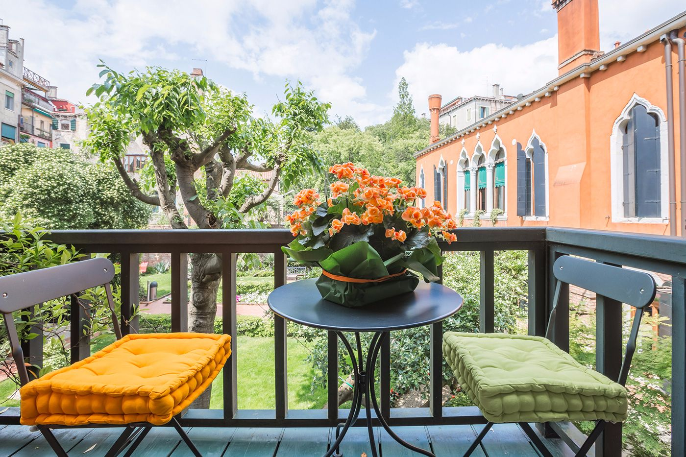 relax on the little terrace facing the gardens at the Veronese apartment in Venice