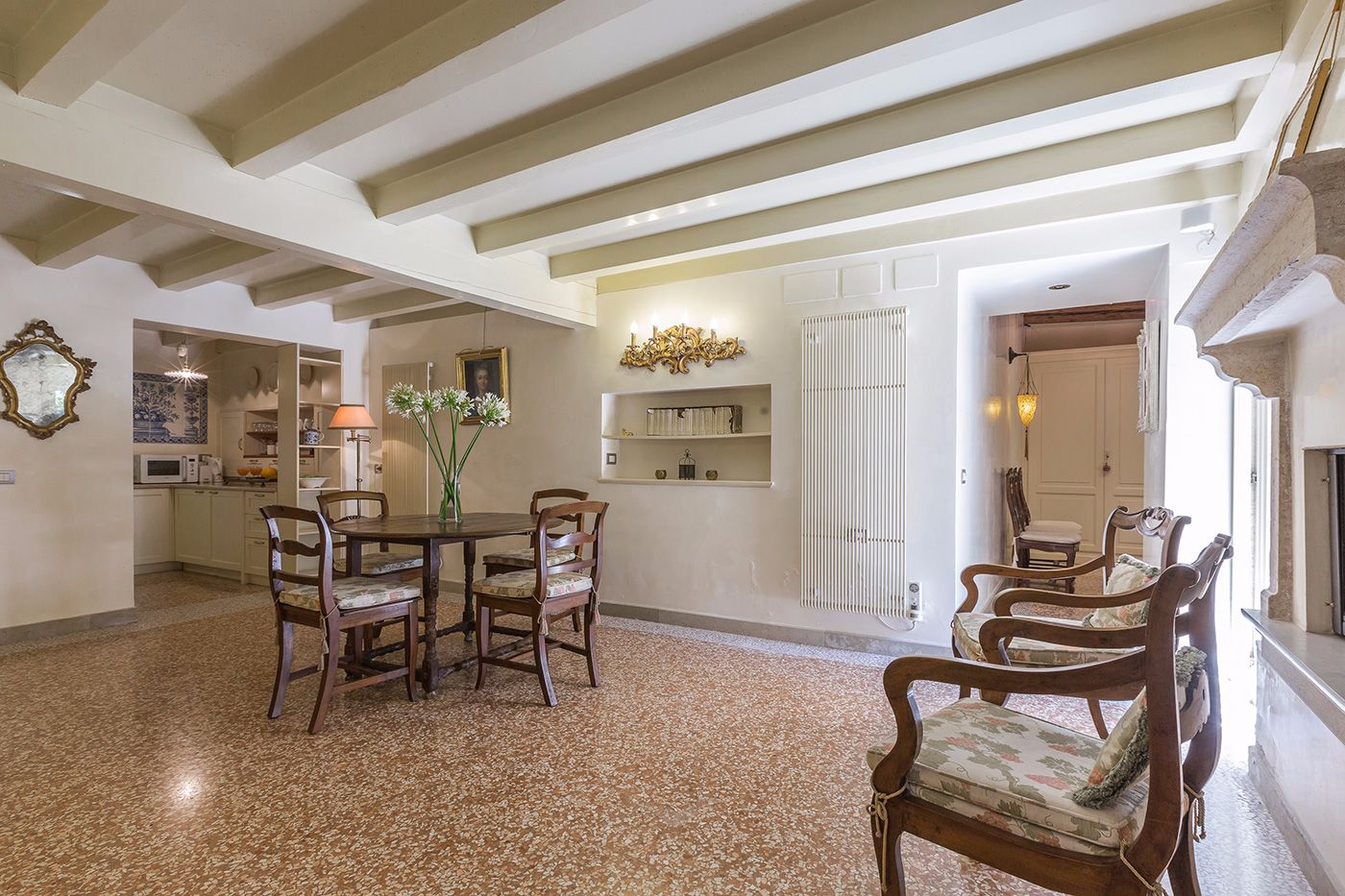 the dining room give access to the living room and courtyard
