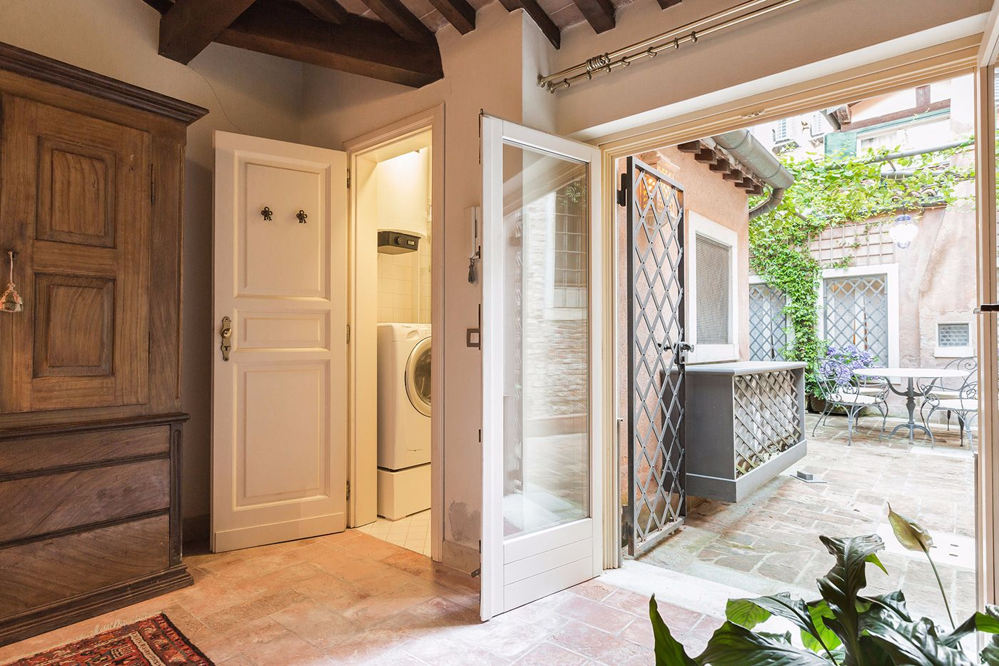 the Dependance has direct access to the courtyard and to the en-suite bathroom