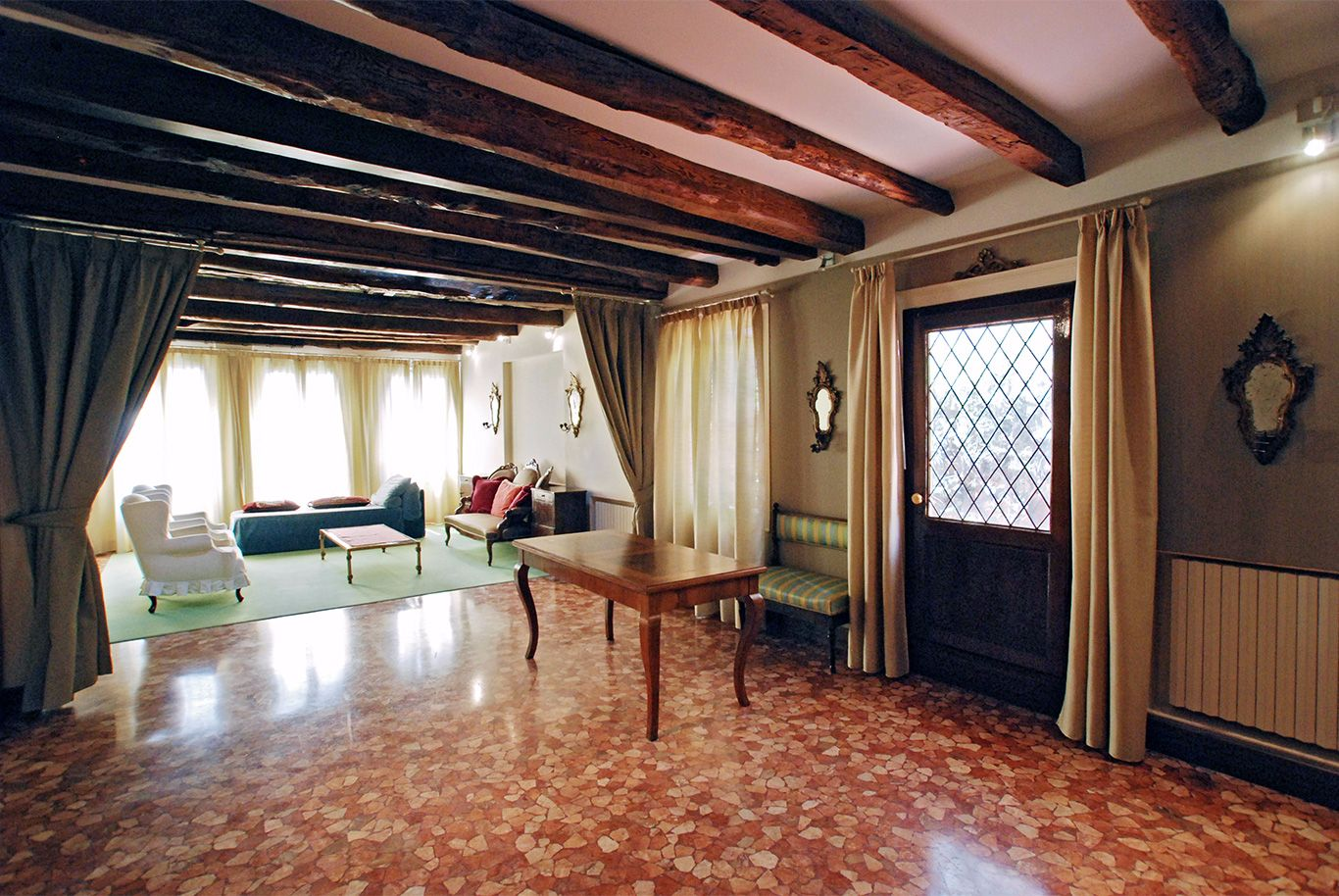 spacious entrance room with access to the terrace