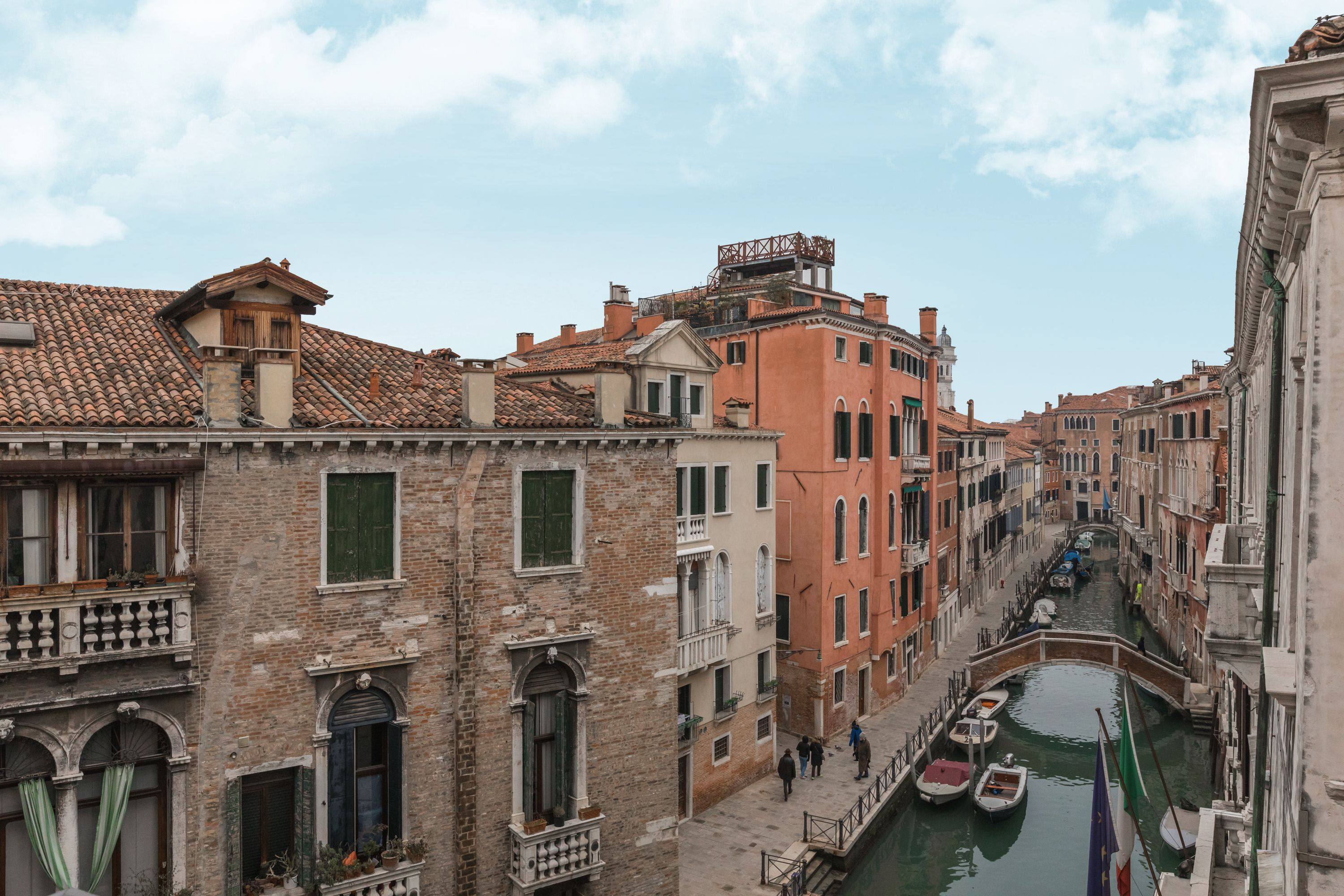 the Canaletto apartment features perspective canal view