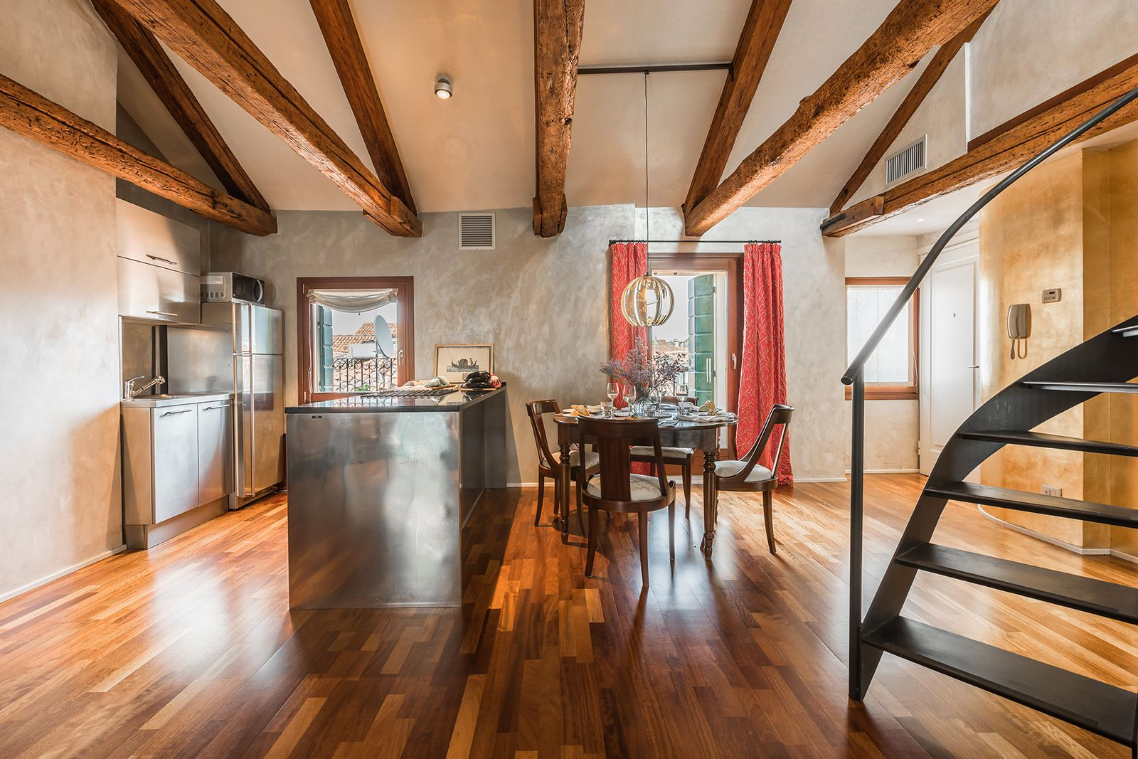 the antique wooden beams and the parquet flooring confer warmth to the ambience