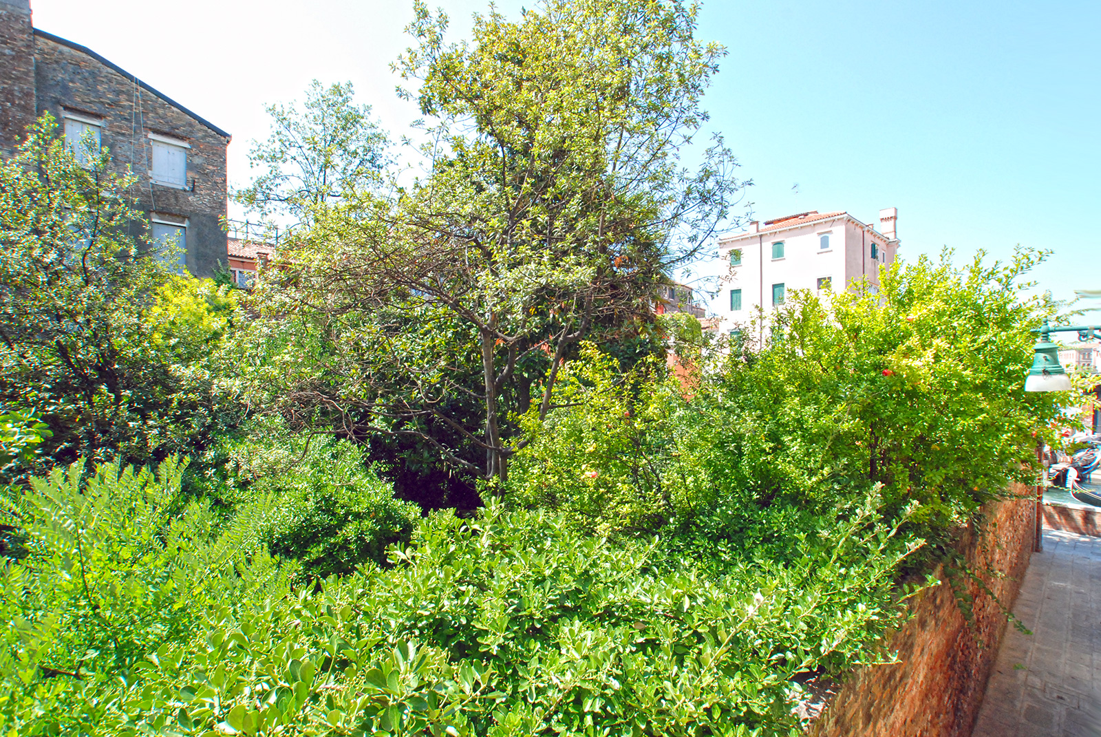 the San Trovaso apartment is south facing with view on gardens