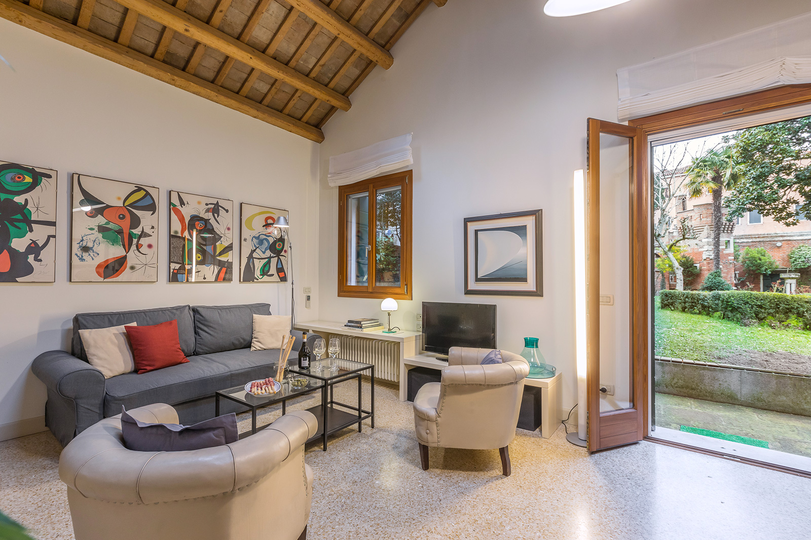the Dolfin living room with direct access to the garden