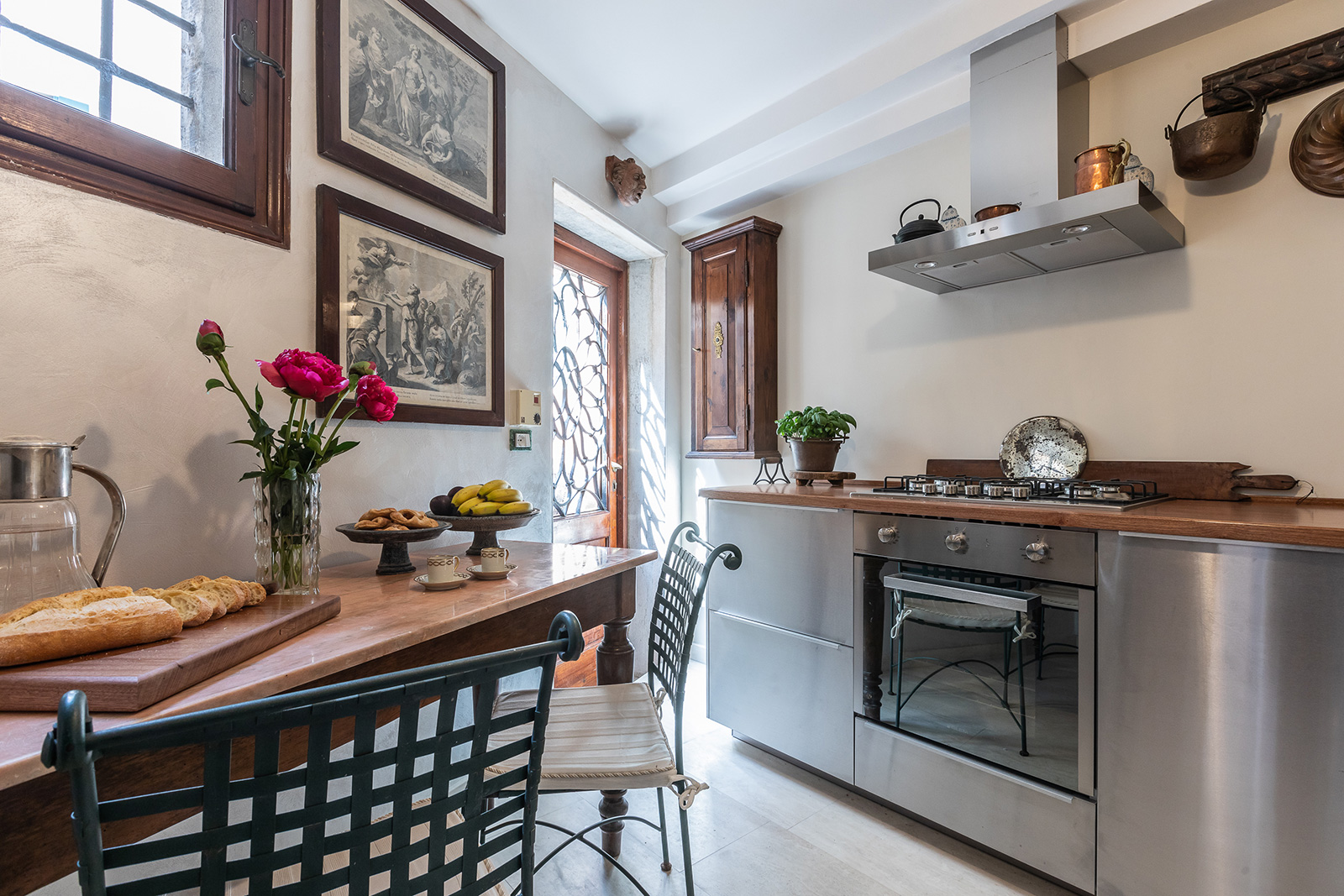 the kitchen opens on the private courtyard